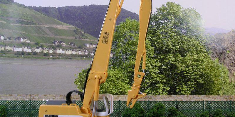 Liebherr Bagger 954 mit Longfront-Ausleger als Abbruchbagger