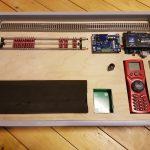 Testbrett mit Decodertester und Rollenprüfstand für digitale Loks