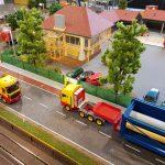 Ausstellungsplatten mit umlaufender Eisenbahnstrecke