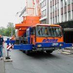 Liebherr LTM1090/2 von Bruns beim Hub eines Fahrstuhls
