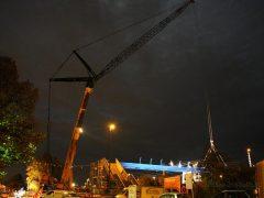 Bau einer Fußgängerbrücke im Bahnhofsbereich