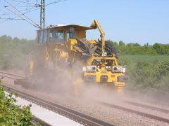 Gleisbau Weetzen-Ronnenberg – Schotterverteilung und -planierung